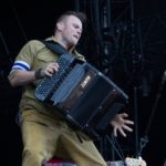 Die Bandmitglieder laufen kreuz und quer über die Bühne mit ihren Instrumenten, springen auf Boxen und haben scheinbar genug Energie für alle mitgebracht. (Photo: MD/festivalrocker.com)