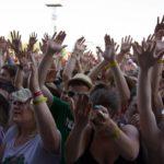 """""""Right Girl for Left Boy"""" heißt es da auf den Plakaten der weiblichen Fans und alle Hände gehen in die Luft. (© MD/festivalrocker.com)"""