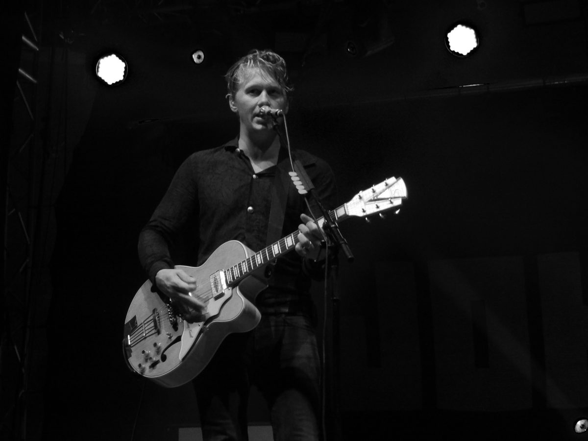 Sänger John Engelbert wurde an diesem Abend kein Wunsch verwährt: ob das Publikum nun singen, klatschen oder ihm Zigaretten geben sollte. (Copyright: festivalrocker.com)